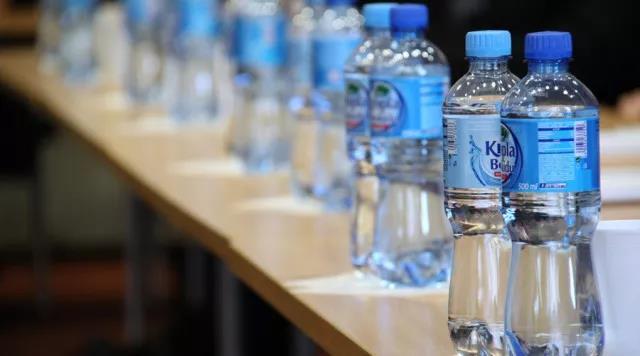 【流言粉碎机】饮料瓶口有细菌,不能开盖直饮