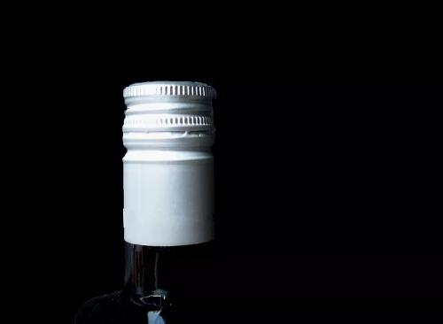 为什么有的葡萄酒瓶盖上有小孔?